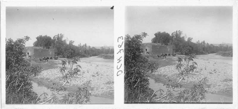 Vue d'un moulin à eau en contrebas d'Arima