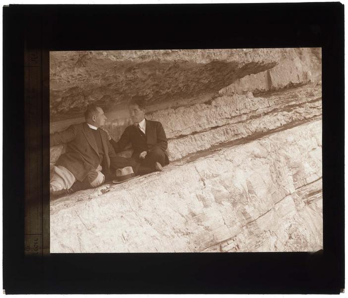 Deux hommes dans une cavité du rocher
