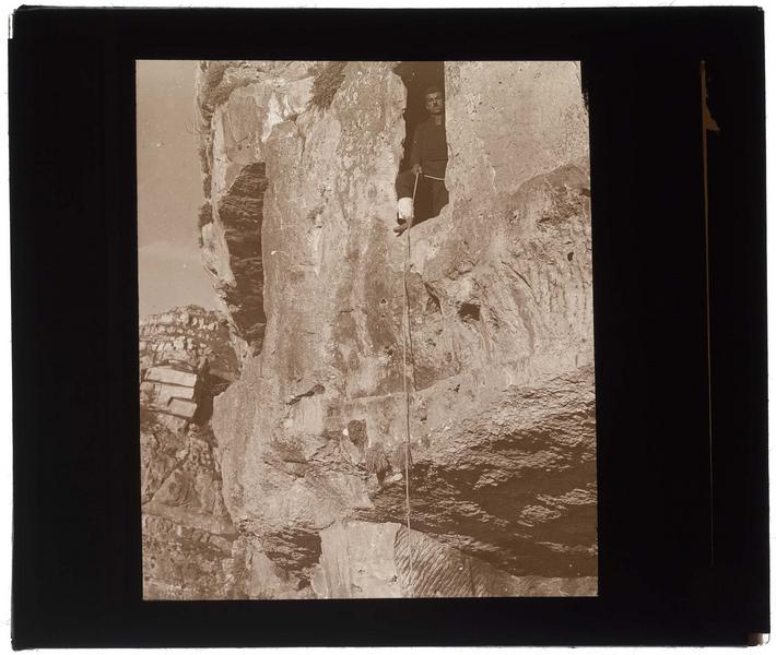 Homme escaladant la falaise