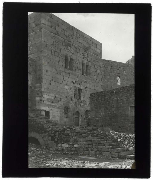 Tour principale du château haut vue de l'intérieur de la cour
