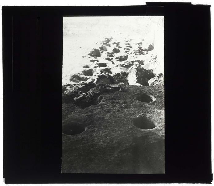 Jarres enterrées dans le sol du château haut après déblaiement