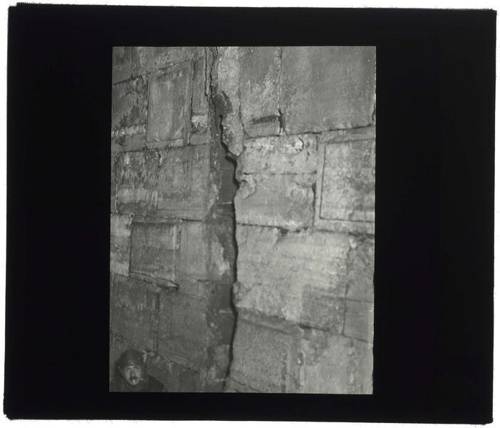 Mur fissuré, avec le visage de François Anus