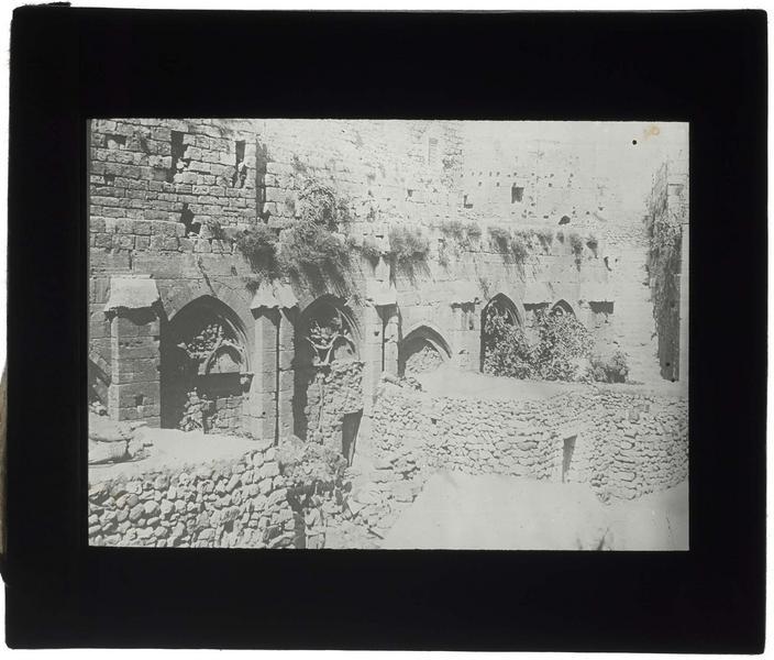 Vue extérieure de la galerie gothique avant déblaiement