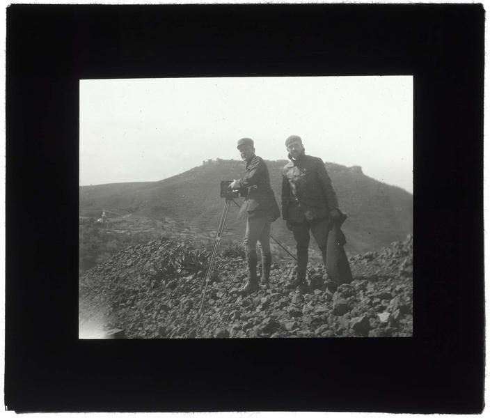 Frédéric Lamblin et François Anus avec le château de Margat en arrière-plan