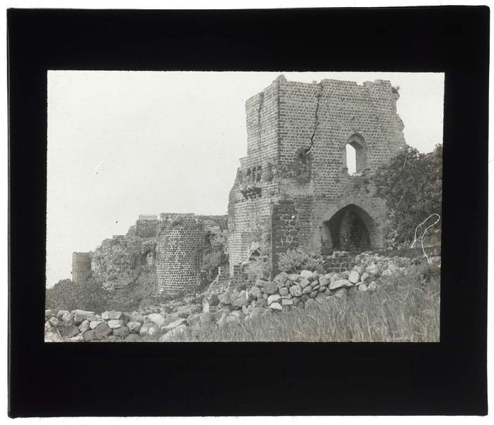 Tour d'entrée du château
