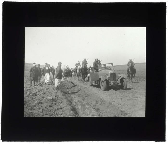 Voiture et cavaliers sur la route du Crac