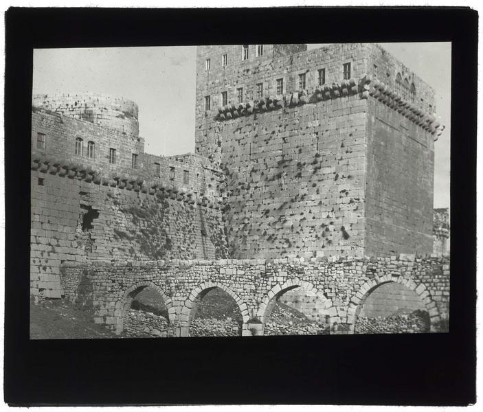 Tour principale du front sud, avec l'aqueduc au premier plan, avant les travaux de restauration