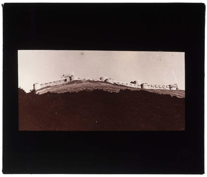 Vue générale en contre-plongée du front ouest