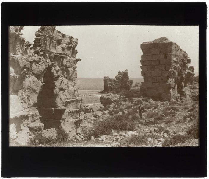 Paul Deschamps au milieu des ruines du château