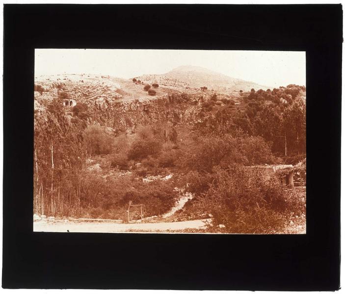 Vue du Jourdain, avec le château de Subeibe à l'arrière-plan