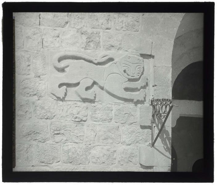 Bas-relief du lion de Beibar, prélevé sur la tour de Beibar et remonté à l'entrée de l'hôpital ottoman