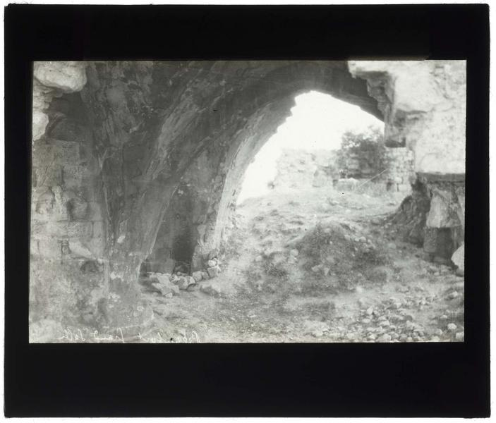 Ruines d'une salle voûtée