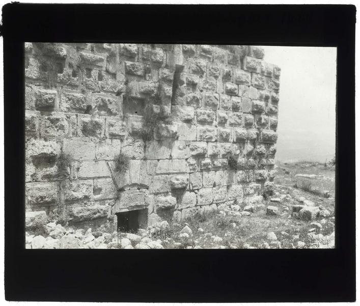 Mur à bossage de la tour principale du château haut