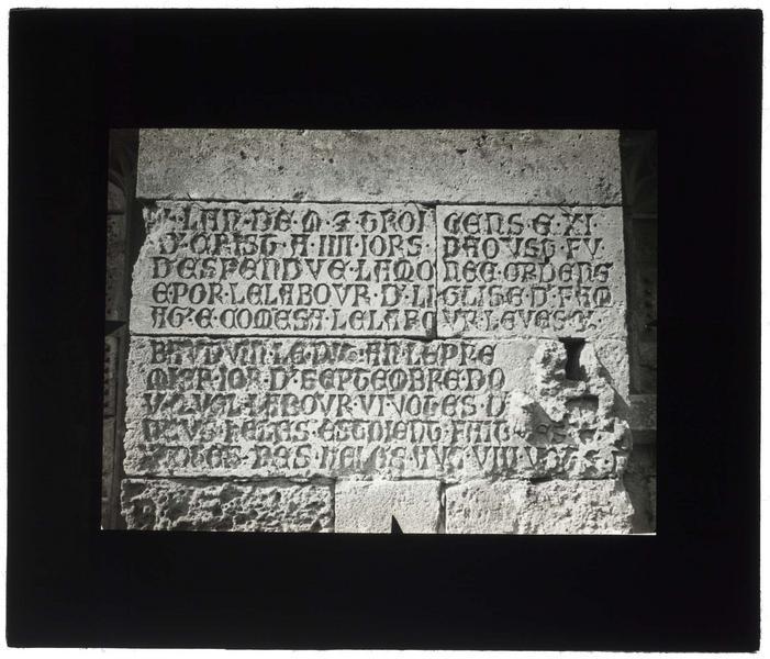 Inscription gravée sur le contrefort sud