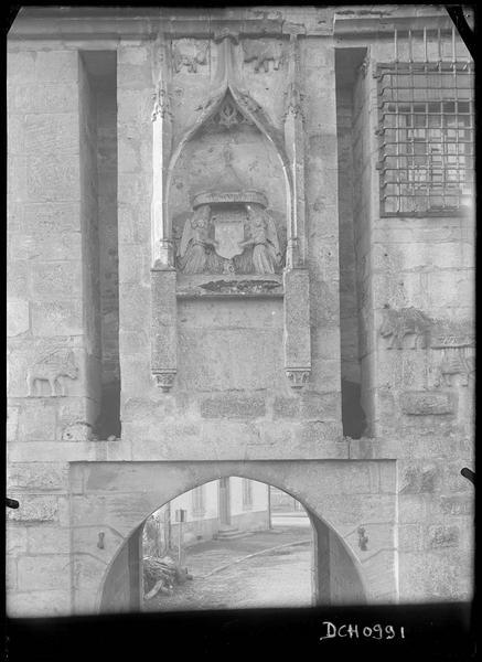 Détail du décor sculpté: anges tenant un écusson