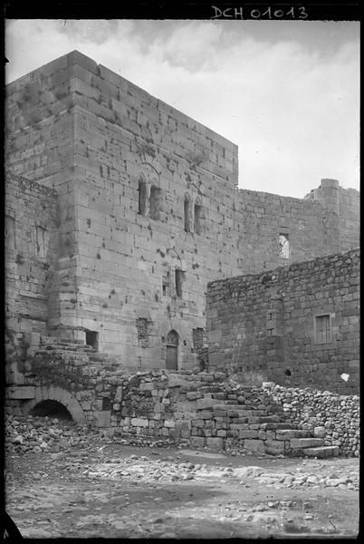 Esplanade: escalier franchissant le saut-de-loup et face intérieure de la tour maîtresse