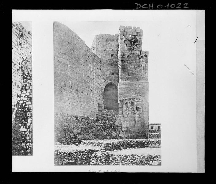 Reproduction d'une illustration montrant l'ouvrage principal du front nord-est de l'enceinte intérieure, vu du nord-est