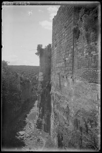 Front est: vue vers le sud du grand fossé, après l'aiguille