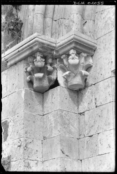 Deux chapiteaux du portail d'entrée de la chapelle surmontés de leur tailloir