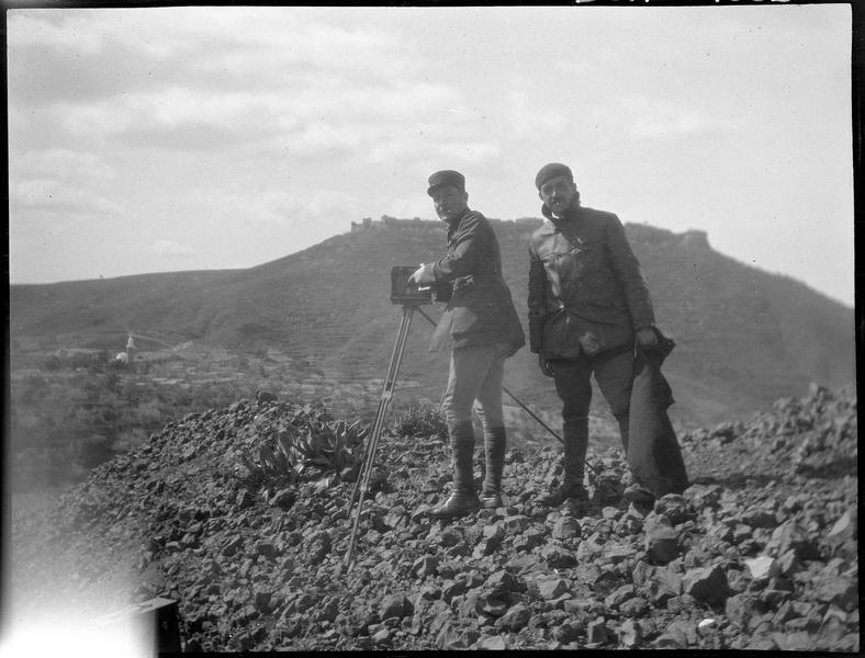 Paul Deschamps et le capitaine Lamblin (supposé), s'apprêtant à photographier le château de Margat