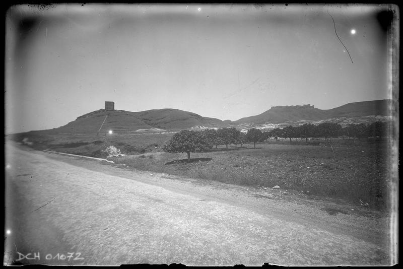 La tour Burj al-Sabî et le château vus depuis la plaine côtière