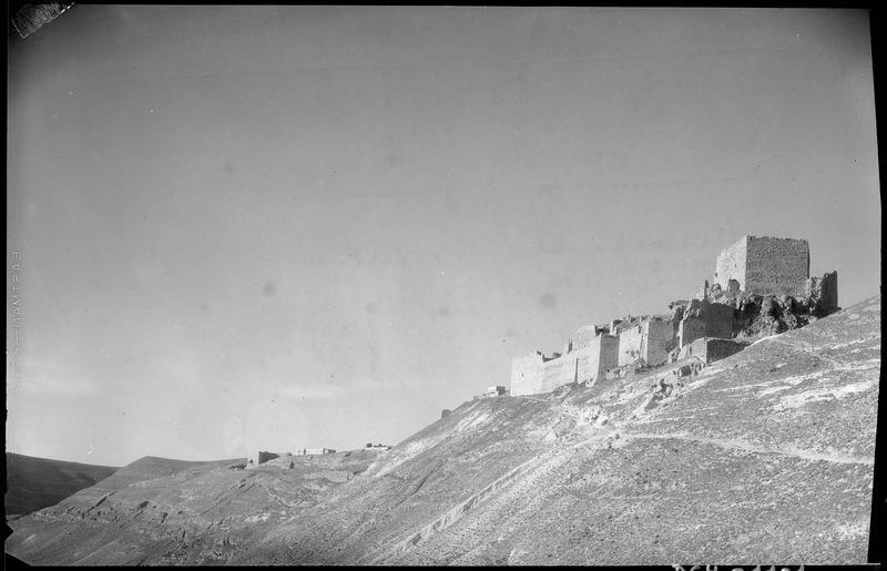 Vue générale du donjon et du front ouest du château, depuis le sud
