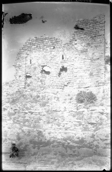 Vue extérieure de l'angle sud-ouest du château haut
