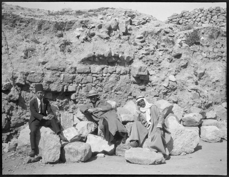 Portrait de groupe; au centre, un ecclésiastique en soutane