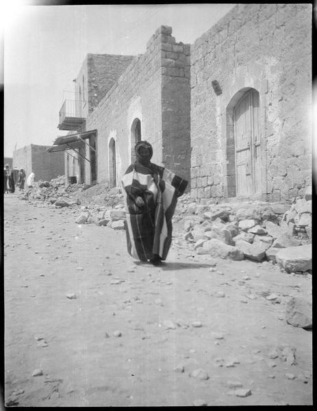 Bédouin devant un bâtiment
