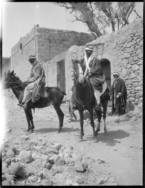 Deux cavaliers sur leurs chevaux