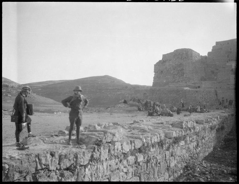 Deux hommes (dont peut-être Paul Deschamps) sur un mur avec la ville de Kerak à l'arrière-plan