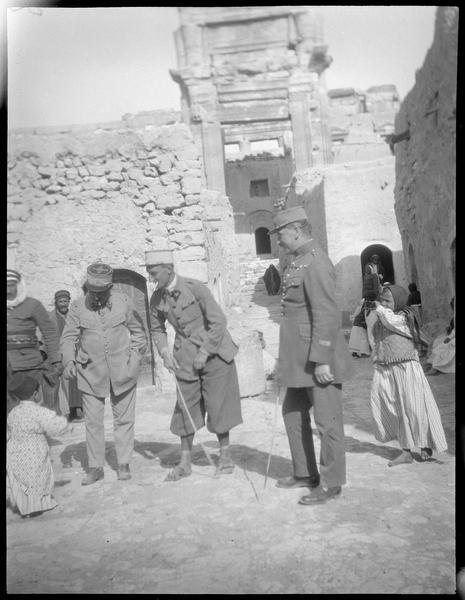 Congrès archéologique de Syrie, Liban et Palestine en 1926 : militaires, parmi lesquels, probablement, le lieutenant Hulot et le commandant de Lamothe, dans les ruines antiques