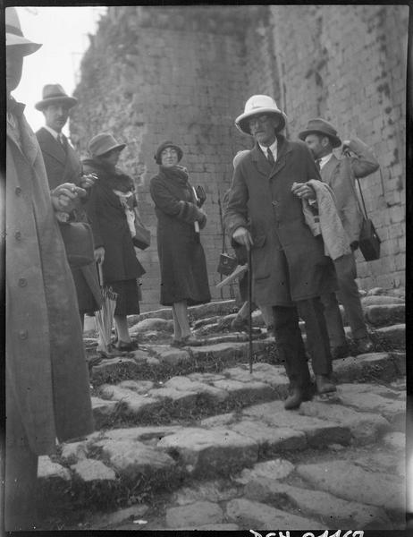 Congrès archéologique de Syrie, Liban et Palestine en 1926: visiteurs devant le front est
