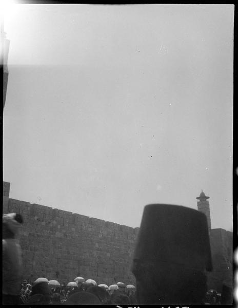 Congrès archéologique de Syrie, Liban et Palestine en 1926: tarbouche et parapluies au pied des remparts