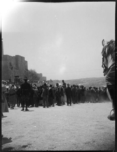 Congrès archéologique de Syrie, Liban et Palestine en 1926: foule au pied des remparts