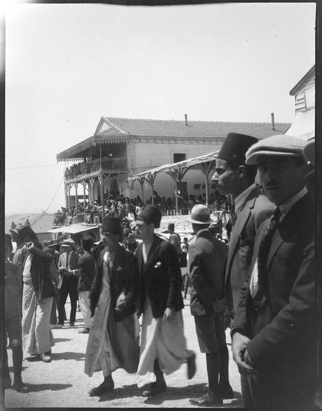 Congrès archéologique de Syrie, Liban et Palestine en 1926: foule devant un bâtiment à terrasse et loggia