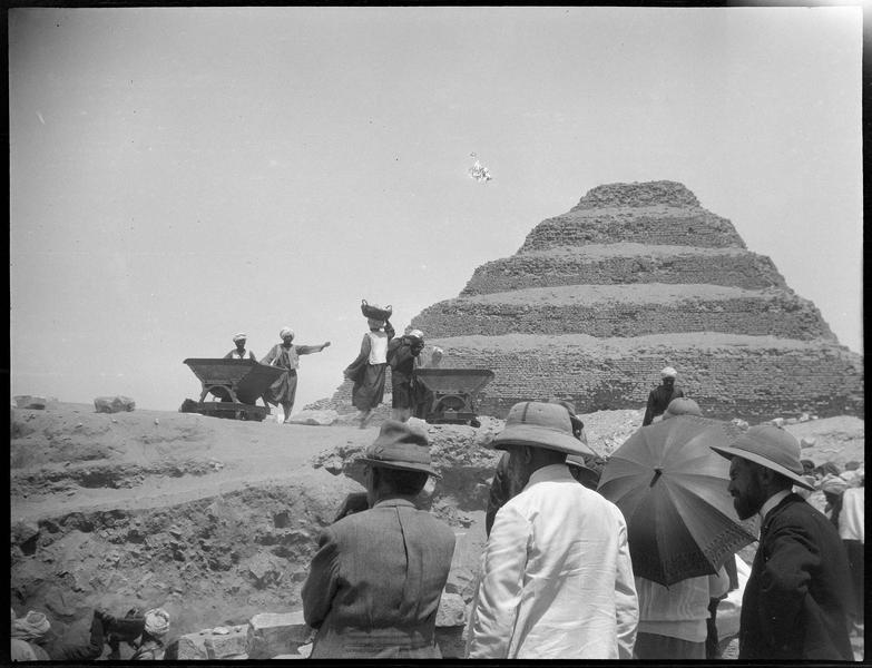 Visiteurs et ouvriers sur un chantier de fouilles, la pyramide en arrière-plan