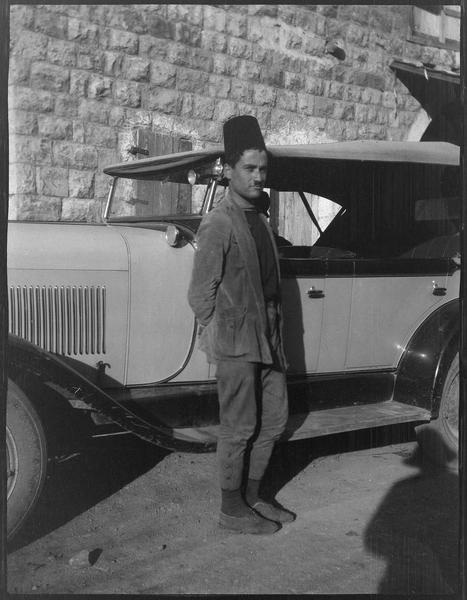 Homme coiffé d'un tarbouche, automobile