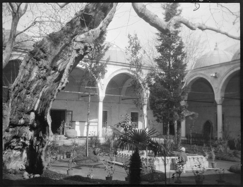 Cour intérieure entourée de galeries à arcades