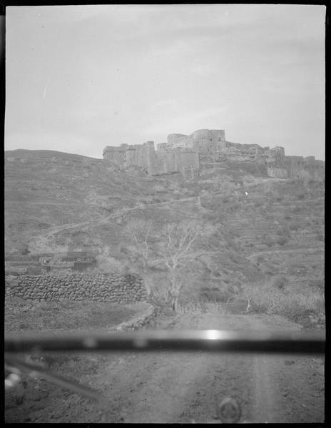 Congrès archéologique de Syrie, Liban et Palestine en 1926. Vue en contre-plongée de l'angle sud-est de la forteresse, prise depuis une voiture placée sur le chemin d'accès