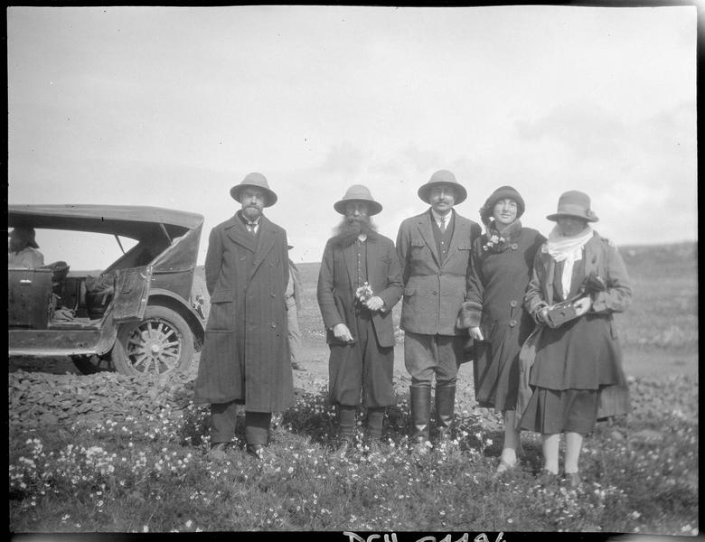 Congrès archéologique de Syrie, Liban et Palestine en 1926. Portrait de trois hommes et deux femmes participant au congrès