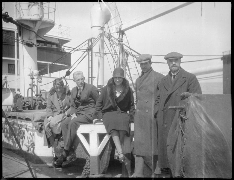 Congrès archéologique de Syrie, Liban et Palestine en 1926. M. et Mme Paul Deschamps (supposés) avec des amis sur le pont du paquebot «Lamartine», au départ du congrès