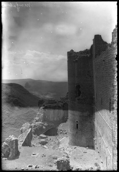 Front est: la tour maîtresse vue depuis le nord