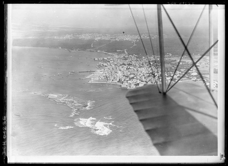 Vue aériennede la ville et du port: le château Saint-Gilles est indiqué par une croix