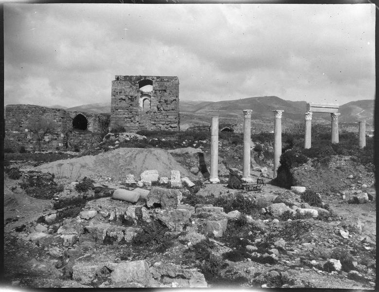 Vue générale en arrière-plan de la colonnade romaine