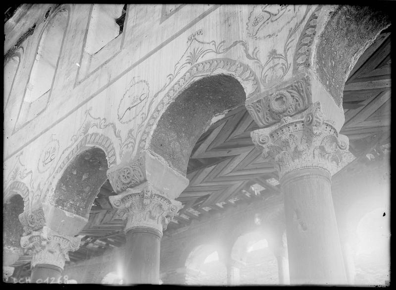 Intérieur: chapiteaux sculptés et arcades peintes