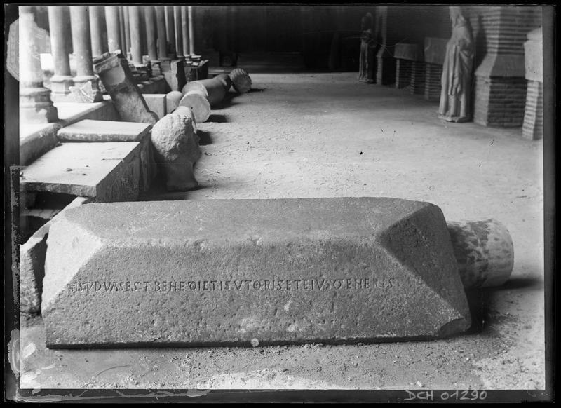 Couvercle de sarcophage provenant de l'ancien cloître de Saint-Sernin, portant l'inscription « Istud vas est Benedicti sutoris et ejus generis »