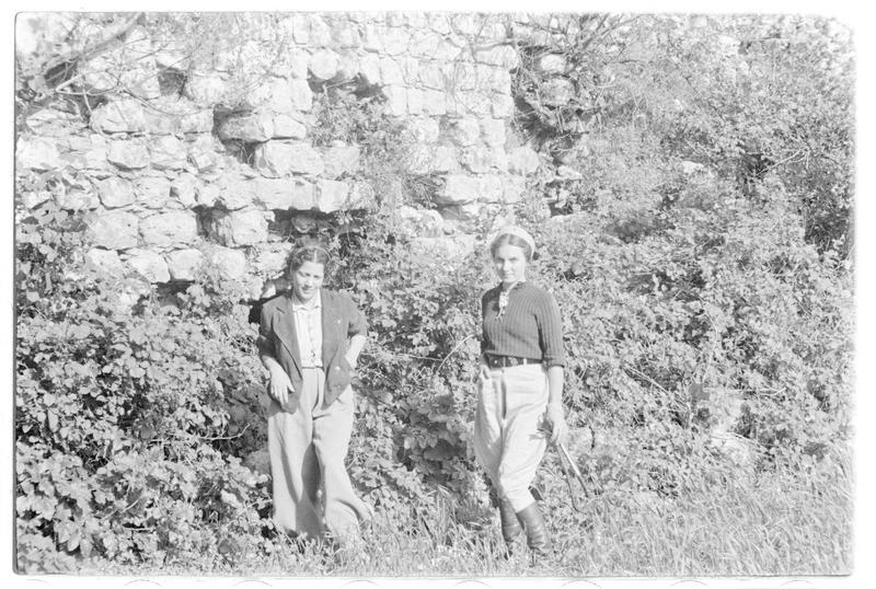 Deux personnages au pied du rempart