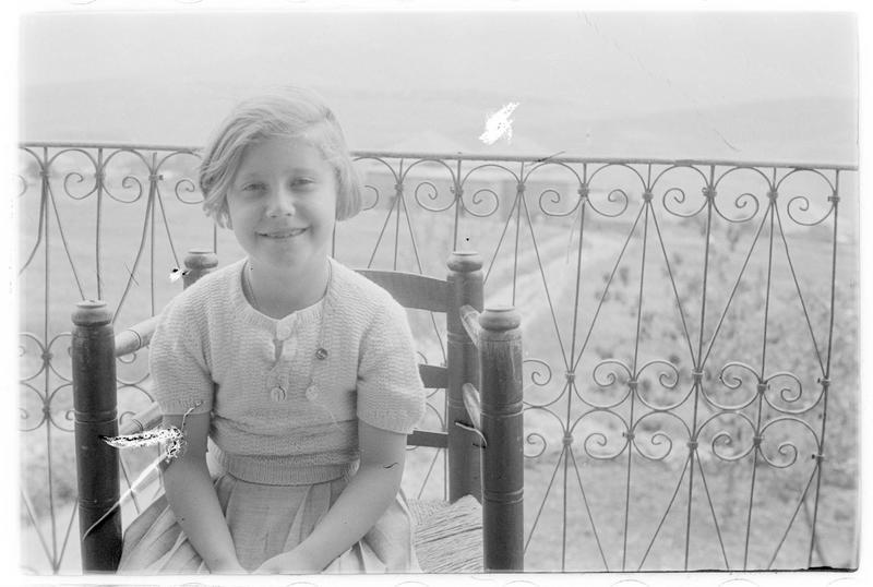 Jeune fille sur une chaise