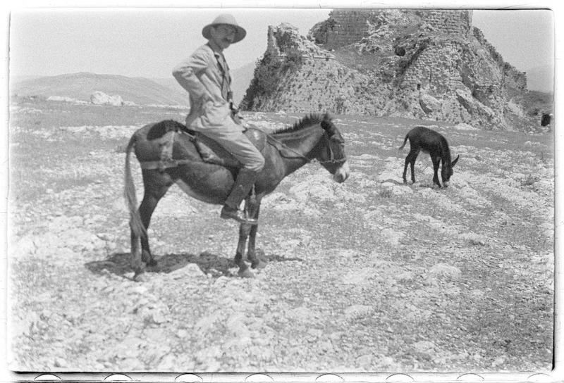 Paul Deschamps sur un âne devant le front sud du château